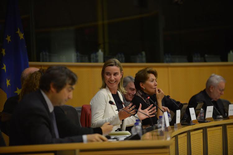 Mogherini raccoglie l'appello dei  giovani di  Rondine: le istituzioni accanto ai popoli per la pace